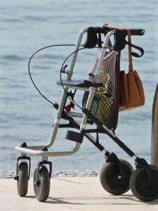 Die Top 5 der Alltagshilfen für Senioren: Rollator, Treppenlift, Seniorenhandy, Seniorenmatratze und Essen auf Rädern