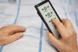 Mit einem Knopfdruck wird das Pflegebett hochgefahren oder das Hausnotrufsystem ausgelöst
